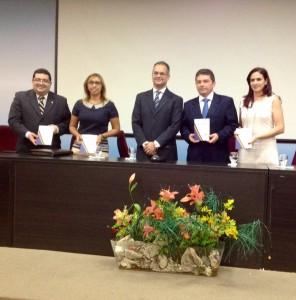 """O Presidente do CRCPI, Elias Caddah, entrega um exemplar do Livro """"Partidas Dobradas - Eleições 2014 – Contabilidade Necessária"""" aos palestrantes."""
