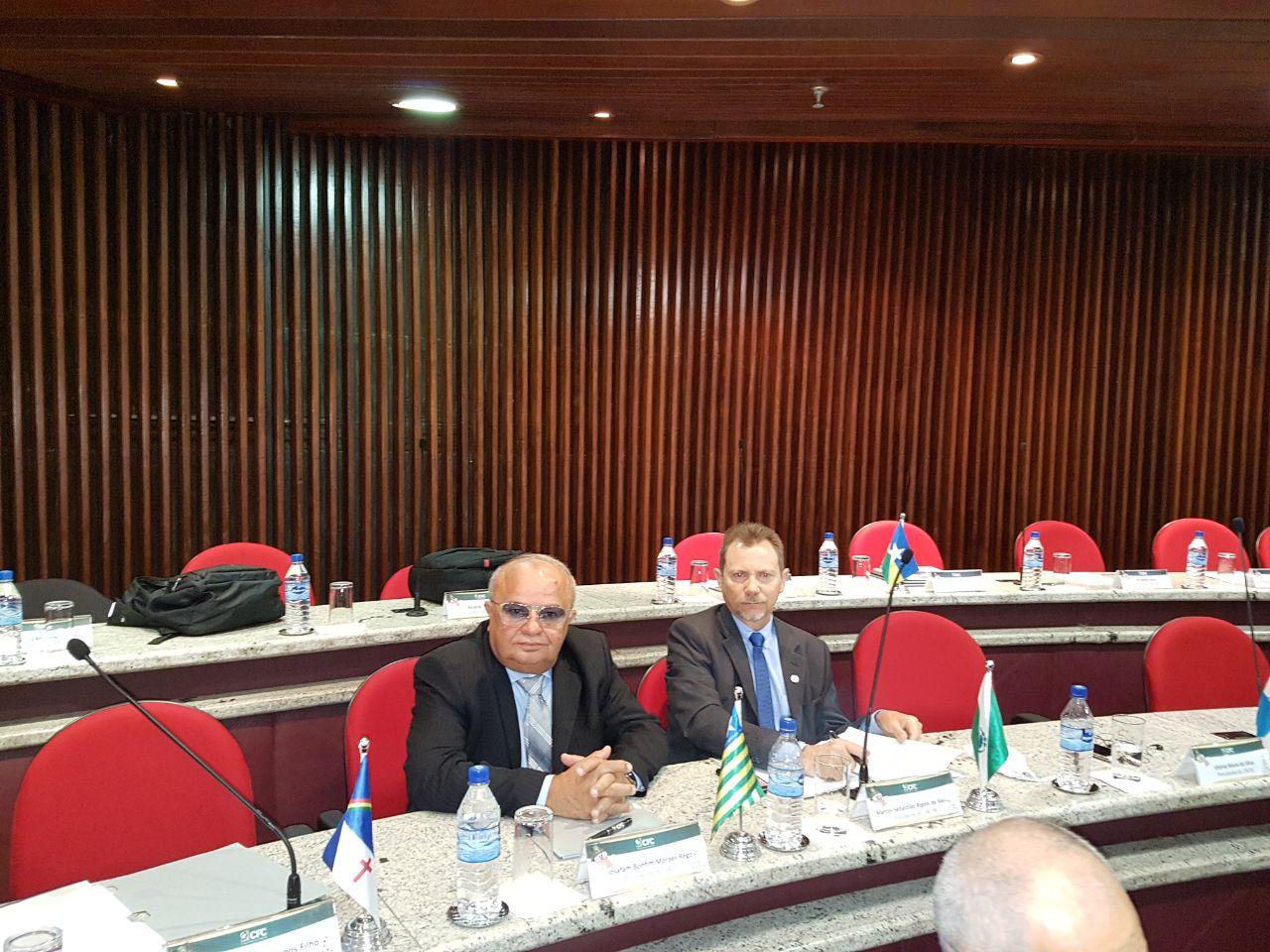 Josafam Bonfim, plenário do CFC, ao lado do presidente do CRC-PR, Marcos Rigoni.